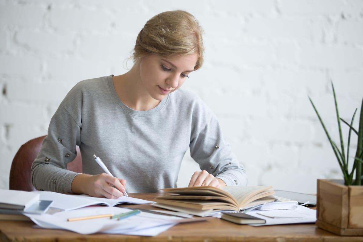 Frau die ein Anschreiben schreibt