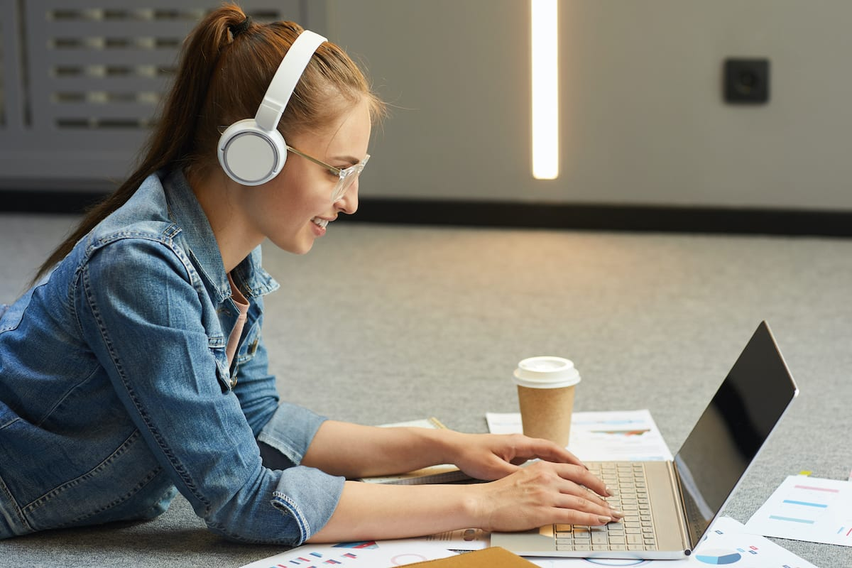 Frau-die-eine-Bachelorarbeit-Gliederung-schreibt